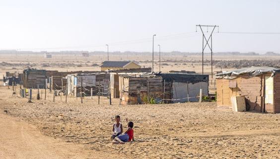 Ihre Aussage, dass fast nur Naturbilder geschickt werden, nehme ich zum Anlass, einmal Menschenfotos zu schicken, die über die Ansichten aus Vorzeigedörfern hinausgehen. Dieses Foto entstand in der Township von Swakopmund.  © Volker Frenzel